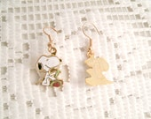 Vintage Snoopy 1970s 80s earrings Snoopy Opening a Gift  Aviva United Features charms 18k Gold plated wires