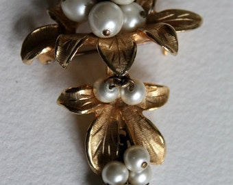 Sphinx Grapes/Berries Goldtone Vintage Brooch