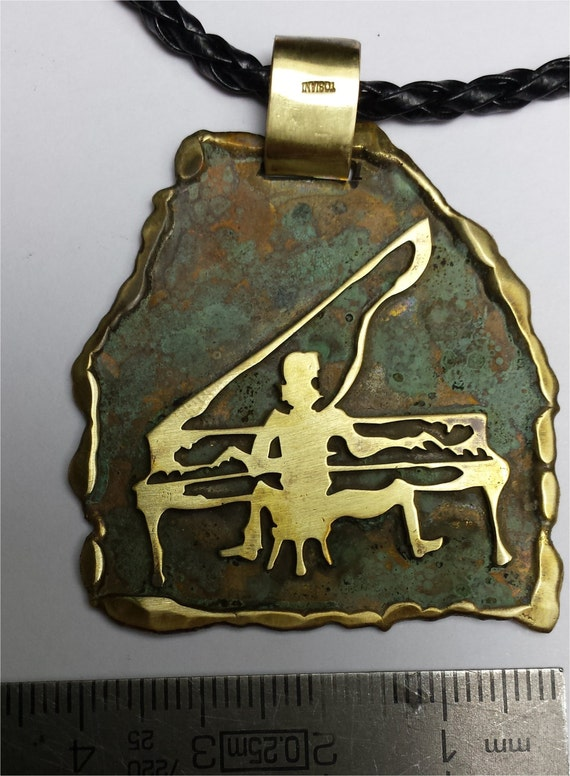 Pendant with brass oxidized - Pianist