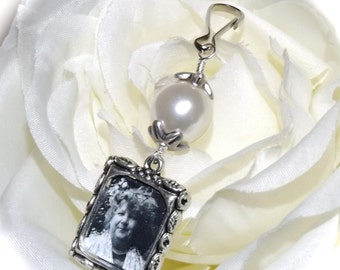 Wedding bouquet photo charm with choice of colour pearl. Small picture frame charm. Bridal shower Gift for the bride. In memory of