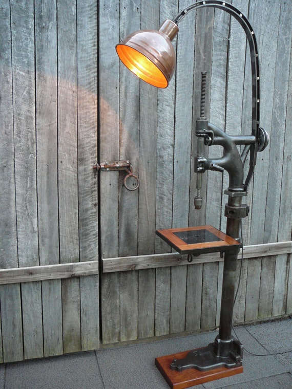 vintage industriel lampadaire cuivre avec c t table. Black Bedroom Furniture Sets. Home Design Ideas