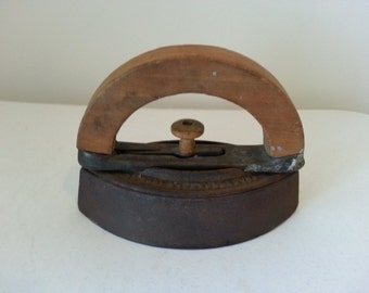 "Colebrookdale iron with wood handle - 5"" x 7"""