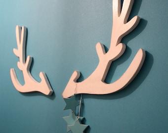 trophée tête de cerf blanc  stylisé en bois pour une décoration scandinave