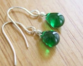 Dots - emerald green briolette drop earrings