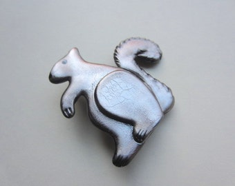 Squirrel pin brooch
