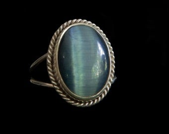Amazing cats eye blue ring