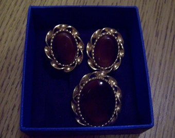 Vintage Gold tone Emmons Demi Parure. A broach and Pair of clip-on earrings.