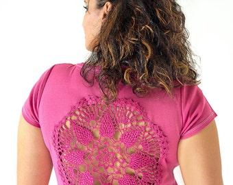 Pink t-shirt with upcycled vintage crochet doily back - size XL