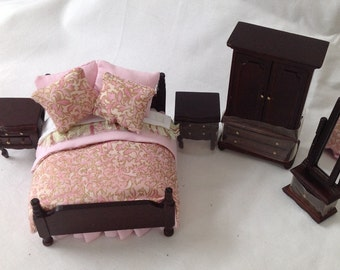 DOLLS HOUSE MINIATURES - Hand Dressed Mahogany Bed Set 1/24th (1/2 inch bed) - Janet