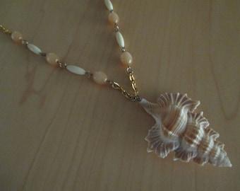 vintage costume jewelry   / beaded necklace