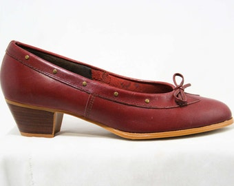 Size 7 W Leather Shoes - Beautiful Quality Pumps - Fine Oxblood Leather - Brass Studs & Bow - Stacked Wood Heels - Deadstock - 43243-3