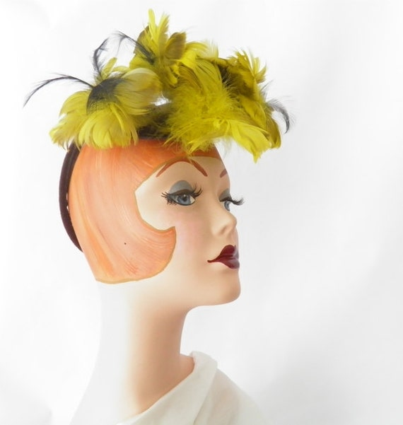 Vintage 1940s tilt hat with yellow feathers, ring backband, WW2 era