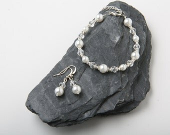 White pearl and crystal bracelet, White Bridal jewelry,  bridesmaid gift, flower girl bracelet, bridal bracelet, Mother of the bride gift