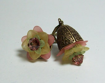 Lucite Flower Earrings. Peach, Yellow and Green Earrings. Vintage Inspired Lucite Earrings with Swarovski Crystals. Fat Flower Earrings.