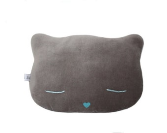 Coussin Chat en velours ras de couleur grise, yeux brodés et nez pailleté bleu
