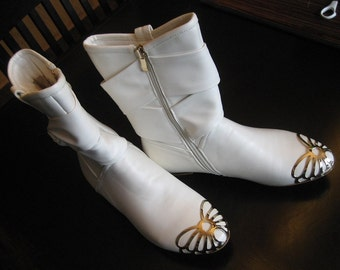 Beautiful White Mid-Calf BOOTS - BELLUNO ITALY - Butterfly Like Goldtone Design on Toe & Bowknot - European Size 40 - Wedding - Like New