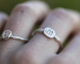 Empilage brindille initiale des anneaux en argent Sterling, ensemble de deux, brindille bague, bague en argent Sterling de monogramme, brindille personnalisé sonneries personnalisées, en lettre