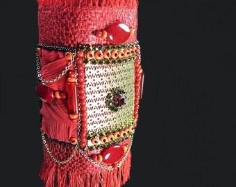 Bracelet manchette textile de créateur, bohême gipsy, fait main brodé en textile haute couture, soie cristal, rouge et métal doré, fait main