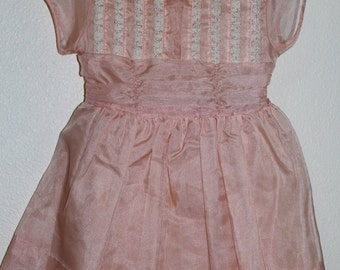 Beautiful Vintage Party Dress. Peach Organza dress with lace detailing, no name sz 4 or 5