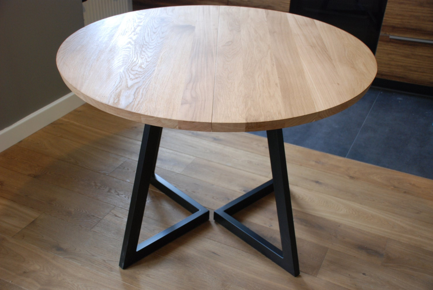Extendable round table modern design steel and timber for Petite table extensible