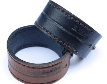 Bracelet of black or brown leather