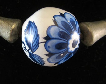 Vintage Dutch Delft (Dabwa) trade bead choker of African design. Most likely circa 1970s-1980s.  A white bead with handpainted blue flowers.