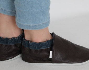 Children leather shoes, kids soft sole shoes, youth mocassins made in Québec from upcycled leather.