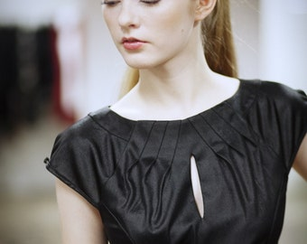 Black jersey top, folded neckline, short sleeves