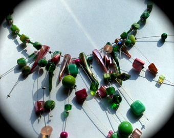 The mustachioed necklace is very air. It is made of pink and green beads, and is light as air. Girls love it.