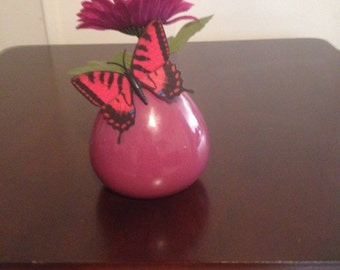 DYI-flower vase, with one flower with a butterfly attached