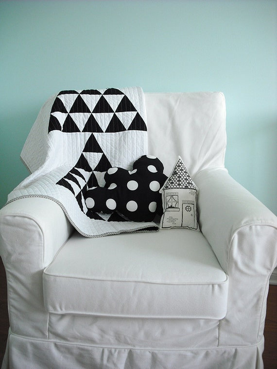 Patchwork baby quilt in black and white triangles for boy or girl