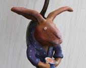 Sculpture de lapin à la tasse, dans une cuillère à soupe, pièce unique à suspendre signée Milie