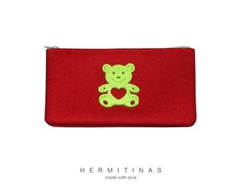 Estuche de tela roja con osito verde, Estuche escolar rojo con osito, Bolsita maquillaje roja de tela, Neceser rojo con osito verde.