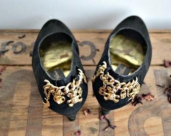 Escarpins noirs Beverly Feldman à breloques et charm's dorés // étoiles et lune