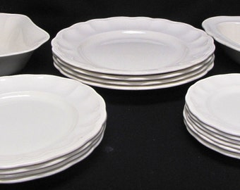 Spode Copeland Set of 14 Scalloped Ivory Dinnerware Set Including Bowls