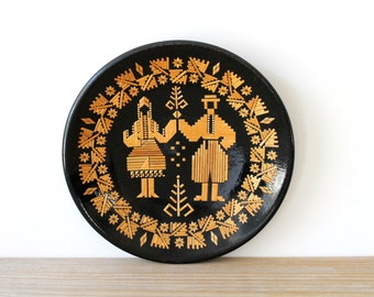 Vintage Russian wall plate / folk art / ethnic farm house style / eclectic home decor / rustic wall decor / country cabin decor / straw art