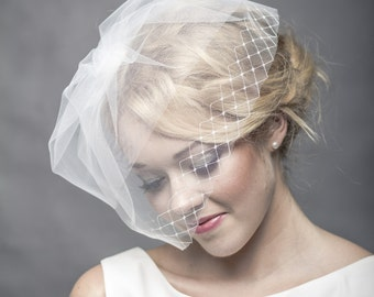 Short bridal veil with netting, delicate wedding veil, modern short wedding veiling