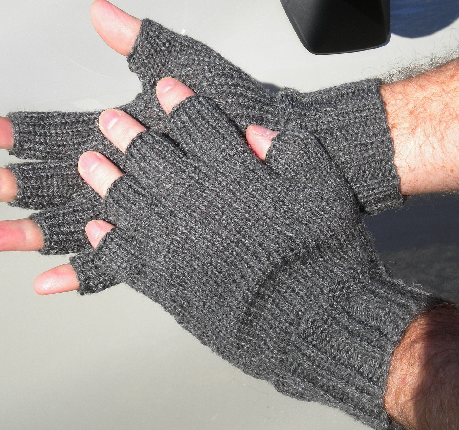The single-layer gloves we tested, including those from 0549sahibi.tk, Agloves, and Glider Gloves, fit a bit tighter and offered more dexterity, but ultimately resulted in less predictability during typing because they were a bit long in the fingertips for two testers (including me) despite being the right size according to each company's size charts.