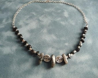 Short necklace with black and grey stones