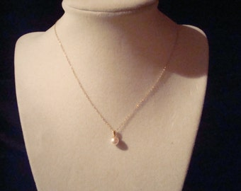 Solitary pearl on 14 kt gold chain