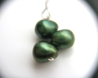 Dropped Pearl Earrings for Women . Pine Green Wedding Jewelry Bridesmaids Earrings . Forest Green Pearl Earrings - Vigne Collection