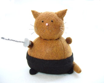 Sword fighting cat, Animal pincushion, Fencing cat, Shirtless cat, Silly cat gifts, Fencing gifts, Cat with sword, Cute felt cat, MTO