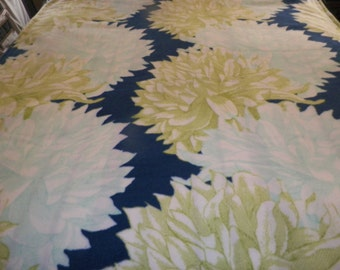 Chrysanthemum Large Fleece Blanket