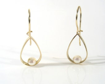 Yellow gold tear drop dangling earrings with fresh water pearl. The perfect wedding earrings, has a matching gold pendant.The must for you.