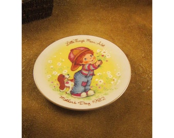 Little Things Mean A lot – 1982 Mother's Day Plate – Little Boy & Beagle Pup with Daisy Bouquet  - Vintage Avon Collector Plate