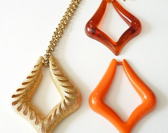 Sarah Coventry 1970s Gold Pendant Necklace with Orange Tortoise Inserts 25 Inch Gold Chain