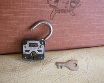 small vintage working padlock (N-8)