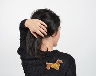 Conceited Dachshund Felt Brooch / Aristocratic Dachshund Felt Brooch / Dog Dressed in Gold Glitter T-shirt Felt Brooch / Dog Felt Brooch