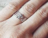 Anneaux d'empilage Dot petite en argent sterling. Un anneau d'empilage personnalisé en argent sterling.