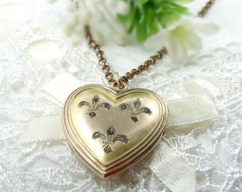 Vintage fleur-de-lys locket in Victorian style || ГРАНАТ